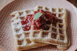 Read more about the article Waffeln mit Himbeer-Rhabarber Grütze